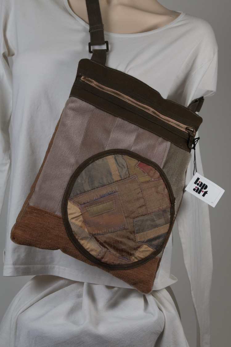 Ee tas van resten bekledingsstof met daarop een cirkel met  patchwork